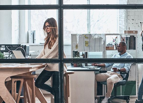 Foto van twee mensen op een kantoor - Optimassage: massages op locatie voor bedrijven en particulieren