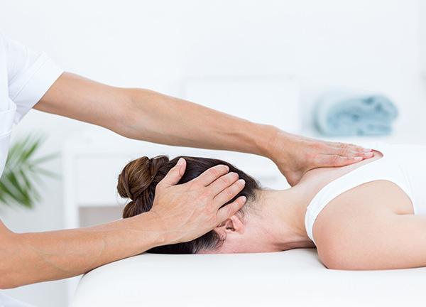 Foto van een vrouw die wordt gemasseerd - Optimassage: massages op locatie voor bedrijven en particulieren