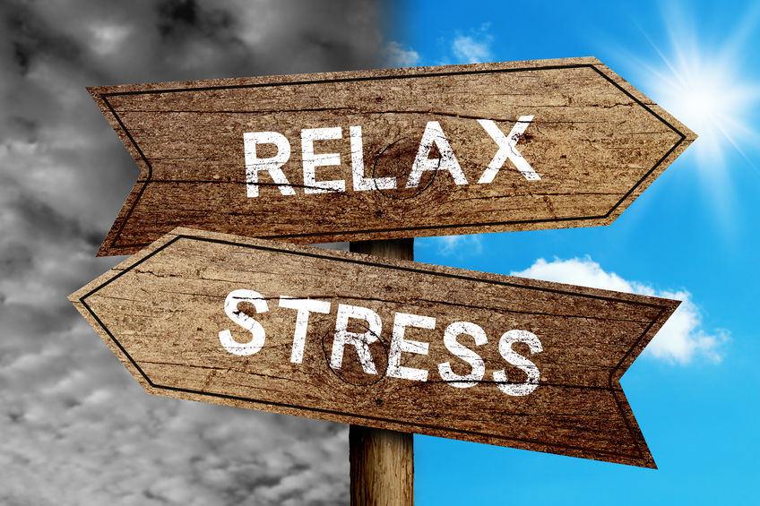 Afbeelding met wegwijzer met 'Relax' naar rechts en 'Stress' naar links - Optimassage: massages op locatie voor bedrijven en particulieren