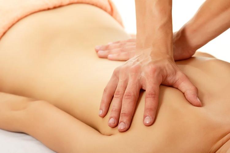 Foto van een rugmassage - Optimassage: massages op locatie voor bedrijven en particulieren