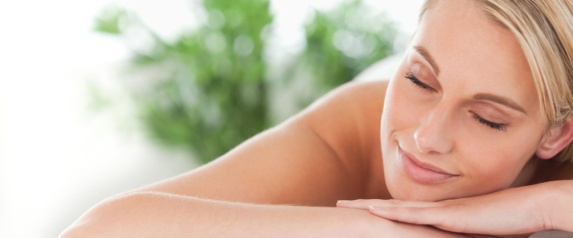 Foto van een ontspannen vrouw met haar ogen dicht - Optimassage: massages op locatie voor bedrijven en particulieren