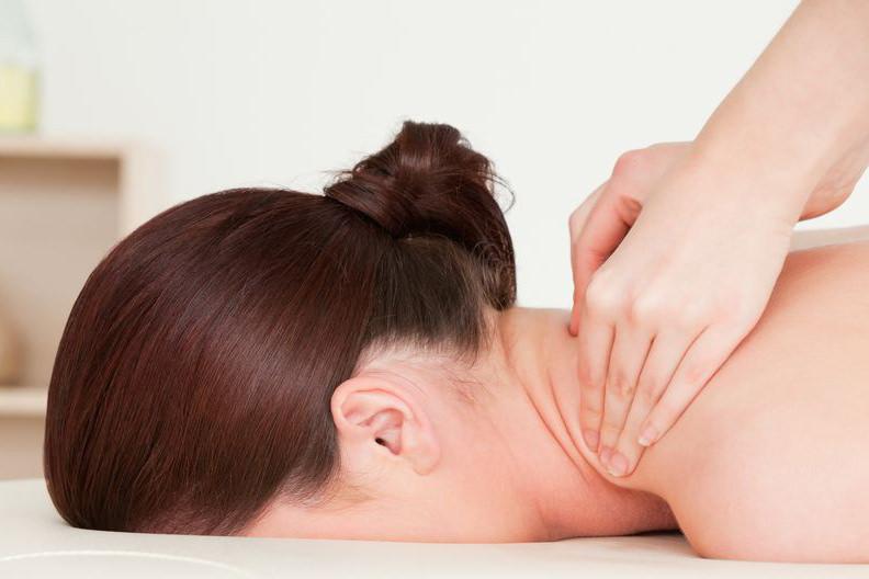 Foto van een vrouw die een nekmassage krijgt - Optimassage: massages op locatie voor bedrijven en particulieren